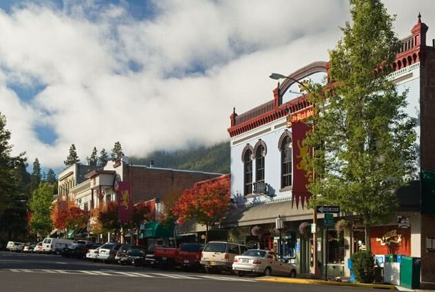 Kristen calvin and noah gordon 39 s wedding website for Best small towns in oregon to live