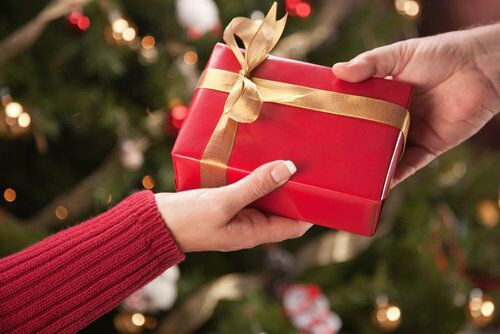 Налогообложение новогодних подарков сотрудникам и их детям